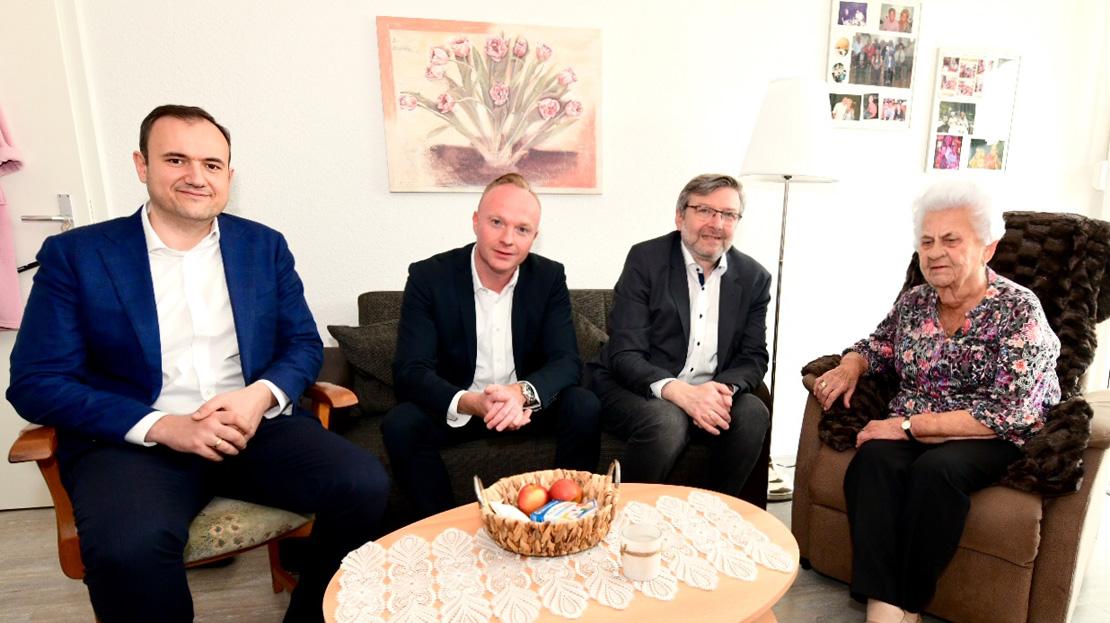 Humanika-Geschäftsführer Svetoslav Markov, Robert Stellmach von Vonovia, Bundestagsabgeordneter Dirk Heidenblut und Bewohnerin Christel im Gespräch (von links nach rechts) (Quelle: Vonovia)