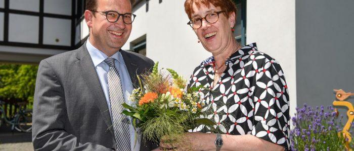 VBS, Vorstandsmitglied Pastorin Johanna Will-Armstrong begrüßt den neuen Geschäftsführer von Bethel im Norden, Martin Krause, Foto Christian Weische
