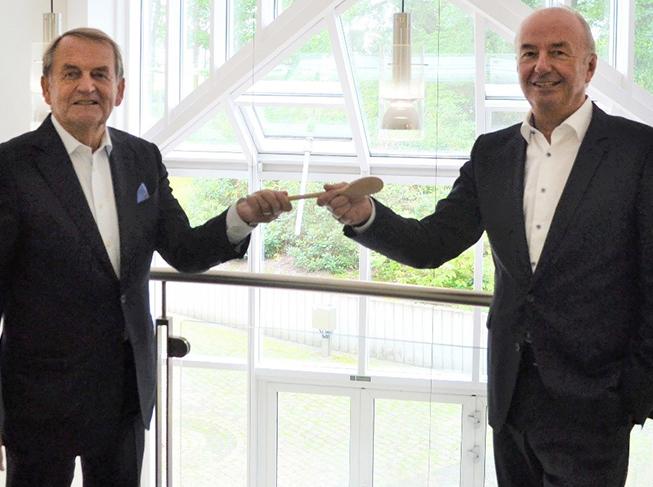 Wolfgang Düsterberg (links) übergab am 15. Juli 2020 den Vorsitz der apetito Aufsichtsgremien an Thomas Hinderer (rechts). Als Ehrenvorsitzender des Aufsichtsrates und des Beirats wird Düsterberg die Geschicke des Unternehmens aber weiter eng begleiten. (Quelle: Apetito)